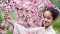<p>Foto di depan pohon sakura dan bergaya dengan Kimono, mirip putri Jepang enggak nih, Bun? (Foto: Instagram/@rio.stokhorst) </p>
