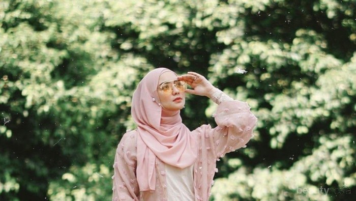 Inspirasi Busana Muslim Warna Pink ala Citra Kirana