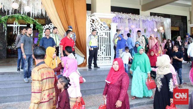 Kegiatan resepsi pernikahan yang digelar masyarakat di Gedung Rato Ebhu Bangkalan dibubarkan polisi demi cegah virus corona Covid-19. (CNN Indonesia/Nurus Solehen)
