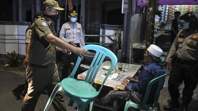 Salah satu kafe yang melanggar aturan PSBB Jakarta didenda Rp50 juta karena pelanggaran berulang berupa keukeuh tetap buka meski sudah ditutup.