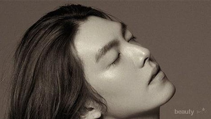Tampilan Penuh Karisma Kim Woo Bin dengan Rambut Gondrong
