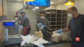 VIDEO: Berlakukan Jam Malam, Yordania Bagi-Bagi Roti ke Warga