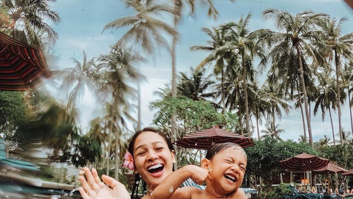 Rayakan Ulang Tahun Anak, Yuk Intip Keseruan Andien dan Kawa di Labuan Bajo!
