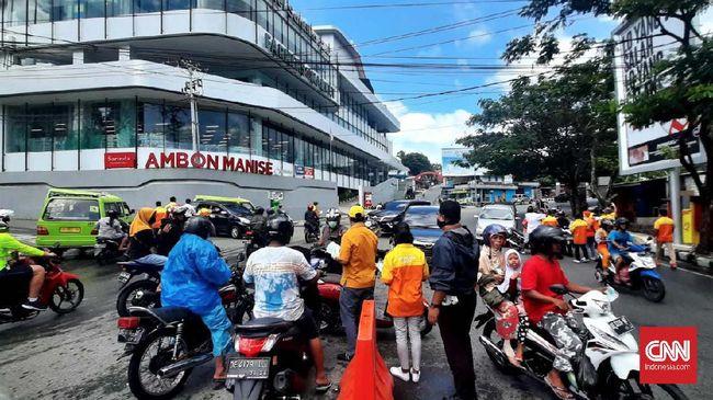 Anggota DPRD Maluku asal PAN mendesak Pemkot Ambon mencabut keputusan PPKM mikro. Menurut dia, kebijakan itu merugikan masyarakat Ambon.