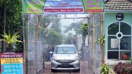 Waspada Corona, Warga Patungan Buat Gerbang Sterilisasi Mobil