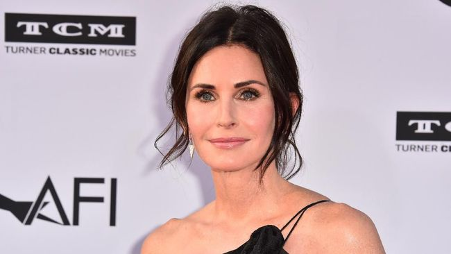 Courteney Cox mengaku sedih karena hanya dirinya yang tak pernah masuk nominasi Emmy Awards sepanjang aksinya membintangi sitkom Friends.