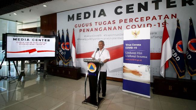 Juru Bicara Pemerintah untuk Penanganan COVID-19 Achmad Yurianto menyampaikan keterangan pers di Graha BNPB, Jakarta, Rabu (25/3/2020). Berdasarkan data Pemerintah hingga Rabu (25/3/2020) pukul 12.00 WIB, jumlah kasus positif COVID-19 mencapai 790 orang dengan jumlah pasien sembuh mencapai 31 orang dan kasus meninggal dunia mencapai 58 orang. ANTARA FOTO/Rivan Awal Lingga