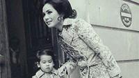 <p>Kecantikan Dewi Soekarno terlihat jelas di foto ini. Pakaian semi formal dan rambut yang disasak membuat penampilannya terlihat sempurna. (Foto: Instagram @kartikasoekarnofoundation)</p>