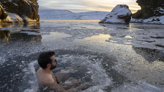 Sejumlah penganut Shinto di Jepang melakukan ritual tahunan berendam di air es dan mendoakan pandemi cepat berakhir.