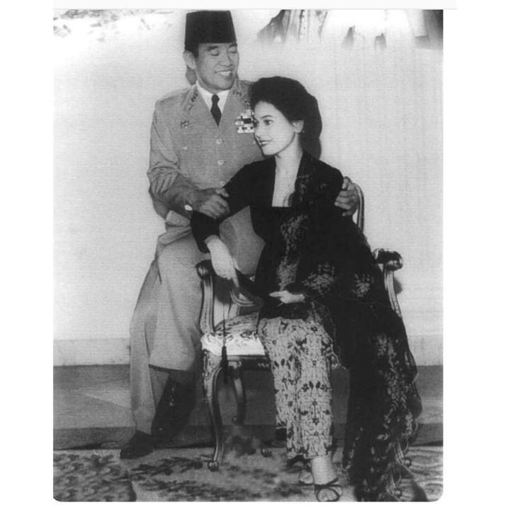 Dewi Soekarno adalah wanita asal Jepang yang dinikahi Soekarno pada tahun 60-an. Dewi Soekarno dikenal berparas cantik, Bun. Lihat potretnya di sini yuk.