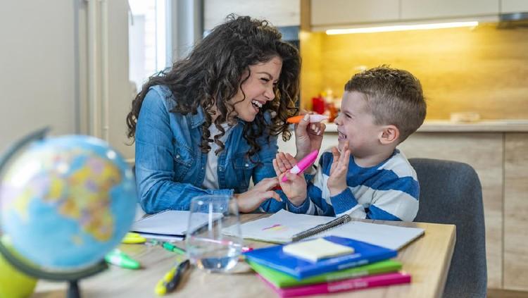 Si kecil enggak bisa diam saat belajar di rumah atau di kelas? Coba deh, Bunda ketahui penyebabnya dan cara mengatasinya berikut ini.