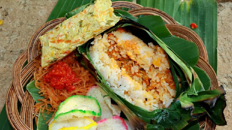 Nasi Bakar : this kind of food is so familiar in Asia, mostly in Indonesia. This rice is wrapped by using banana leaf and then roasted by using charcoal.