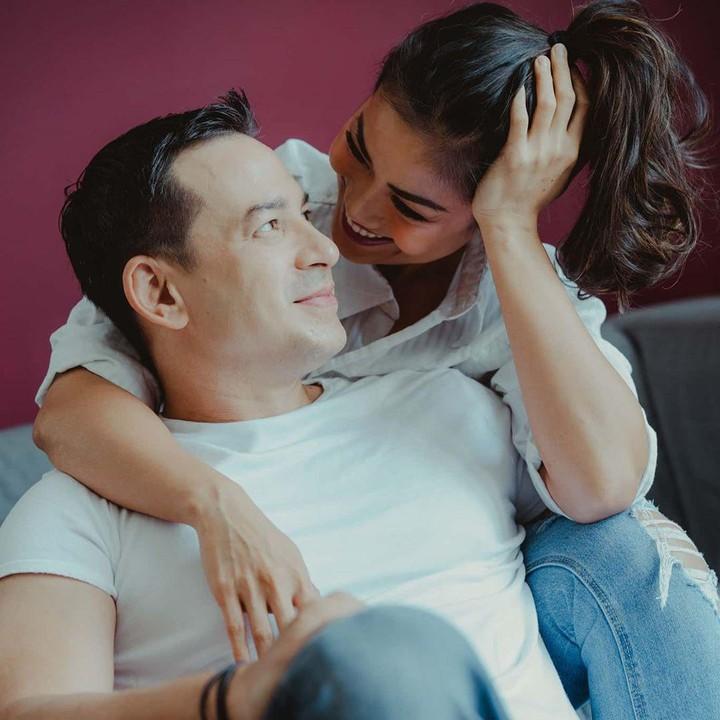Pasangan selebriti Ari Wibowo dan Inge Anugrah memang kerap mencuri perhatian netizen. Foto mesra mereka sukses bikin warganet baper dan iri. Intip yuk!
