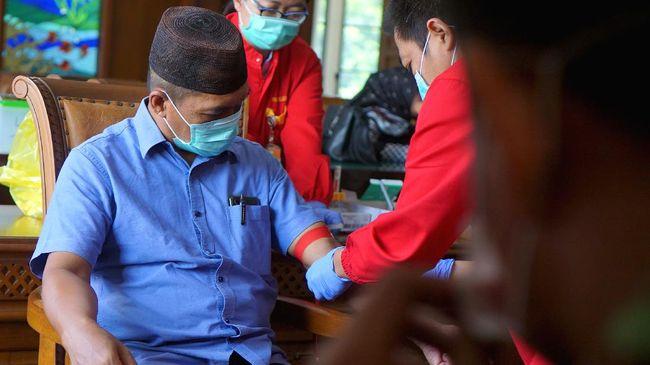 Pemerintah, kata Juru Bicara Pemerintah untuk Penanganan Wabah Corona, Achmad Yurianto, mewajibkan masyarakat menggunakan masker bila keluar rumah.
