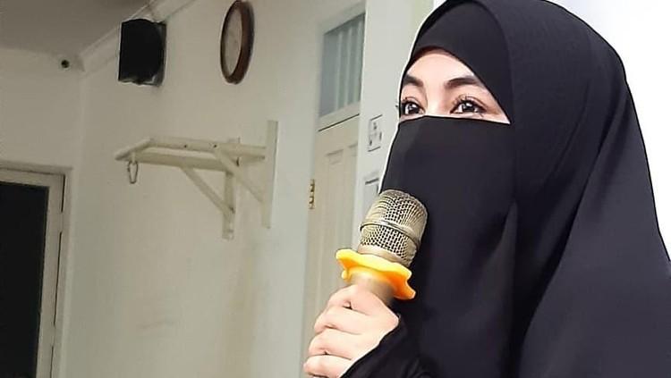 Istri mendiang Ustaz Jefri Al Buchori, Ummi Pipik membuat tulisan tentang virus corona. Tulisannya di media sosial tengah ramai diperbincangkan, Bun.