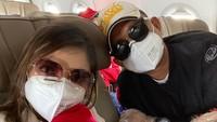 Bella dan Daniel mengenakan masker, kacamata dan sarung tangan plastik selama di perjalanan. Saat di pesawat pun tempat duduk hingga seatbealt dibersihkan pakai alkohol. (Foto: Instagram @bellashofie_rigan)