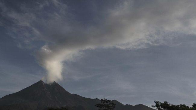Asap solfatara keluar dari puncak Gunung Merapi terlihat dari pos pengamatan Kali Tengah, Glagaharjo, Cangkringan, Sleman, DI Yogyakarta, Minggu (29/3/2020). Berdasarkan data pengamatan Balai Penyelidikan dan Pengembangan Teknologi Kebencanaan Geologi (BPPTKG) telah terjadi erupsi pada tanggal (28/3/2020) pukul 19.25 WIB dengan tinggi kolom 3.000 meter dan tanggal (29/3/2020) pukul 00.15 WIB dengan tinggi kolom 1.500 meter. ANTARA FOTO/Hendra Nurdiyansyah/pras.