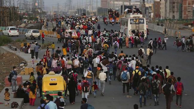 Perdana Menteri India Narendra Modi mengumumkan pada minggu ini bahwa semua 36 negara bagian dan teritori India akan ditutup hingga 31 Maret 2020, dengan hanya layanan penting seperti supermarket dan rumah sakit yang tetap buka. (AP Photo/Altaf Qadri)