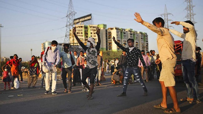 Menurut statistik pemerintah, setiap tahun lebih dari 9 juta buruh hijrah dari daerah pedesaan India ke pusat-pusat kota yang ramai untuk mencari pekerjaan di area konstruksi atau pabrik. (AP Photo/Altaf Qadri)