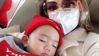 <div>Mereka meninggalkan Jakarta dan memilih untuk tinggal di sebuah pulau di Ambon. Untuk meminimalisir bahaya, mereka memilih pesawat paling pagi lho, Bun. Berangkat jam 03.30 pagi agar tak banyak penumpang. (Foto: Instagram @bellashofie_rigan)</div>