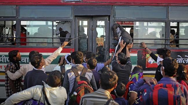 Pekan ini pemerintah India menjanjikan US$22 miliar untuk menyokong para buruh yang terpaksa menganggur, termasuk membuat dapur umum yang menyediakan makanan bagi mereka. (AP Photo/Altaf Qadri)