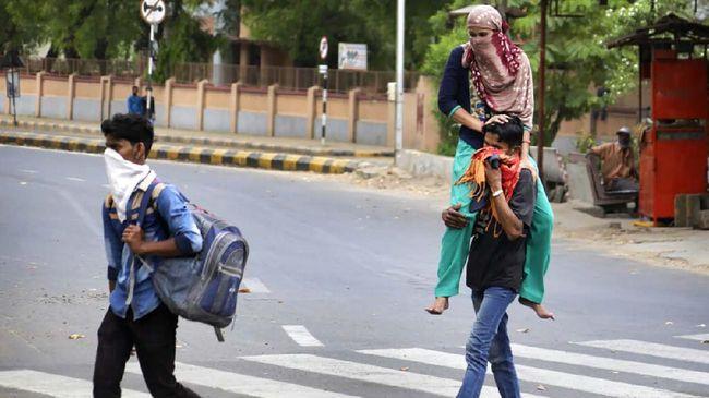 Aksi petugas di Uttar Pradesh, India, yang menyemprotkan disinfektan di jalan kepada para perantau yang pulang kampung dikritik.