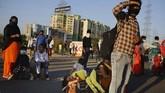 Mereka berusaha untuk meninggalkan kota-kota besar India setelah lockdown membuat mereka tidak memiliki pekerjaan dan mendapat upah. (AP Photo/Altaf Qadri)