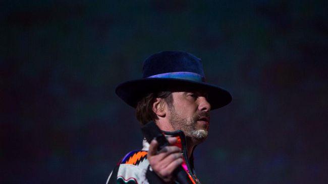 Jamiroquai menyanyikan Let's Dance karya David Bowie menjadi lagu mengenai penutupan wilayah (lockdown) dalam rangka mencegah penyebaran virus corona.