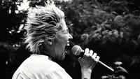 <p>Aksi Vicky saat menyanyi lagu rock. Keren abis ya, Bun? (Foto: Instagram/@vickyburkiballet)</p>