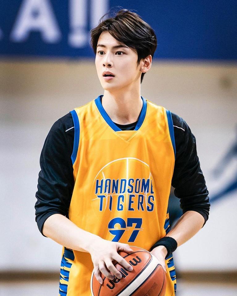 Simak tujuh foto Cha Eun Woo di lapangan basket, yang semakin tampan saat berkeringat.