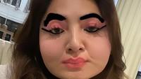 <p>Ashanty membagikan foto dirinya dengan pipi chubby dengan coretan alis tebal dan riasan mata yang nyentrik. (Foto: Instagram @ashanty_ash)</p>