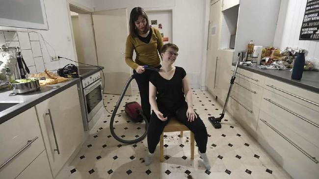 Rike mencoba memotong rambut Celine di dapur, karena mereka tak boleh keluar rumah oleh pemerintah. Bukan tisu toilet, melainkan Lana dan kawan-kawanwajib