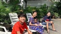 <p>Santai ala-ala bareng keluarga gini saja sudah asyik kan, Bun. Kayak keluarga Bunda Sawendah. (Foto: Instagram@sarwendah29)</p>