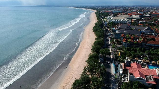 Menko Bidang Kemaritiman dan Investasi Luhut Binsar Pandjaitan mengatakan Indonesia belum akan membuka sektor pariwisata untuk turis asing hingga akhir 2020.