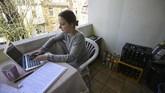 Lana seorang mahasiswa di Dortmund, Jerman, memilih belajar di balkon apartemennya selama pemerintah menerapkan aturan isolasi mandiri demi mencegah penularan virus corona COVID-19. (Ina FASSBENDER / AFP)