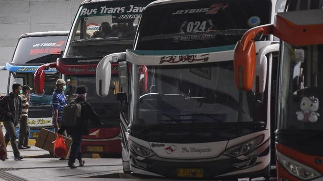 Calon penumpang bersiap menaiki bus Antar Kota Antar Provinsi di Terminal Pulo Gebang, Jakarta, Minggu (29/3/2020). Kementerian Perhubungan mengimbau agar warga membatalkan niatnya pulang kampung, untuk mencegah penyebaran COVID-19. ANTARA FOTO/Indrianto Eko Suwarso/foc.