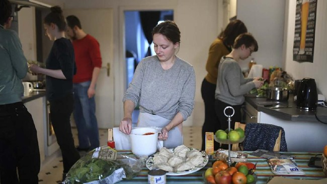 Di tengah waktu belajar online, Lana dan lima teman satu apartemennya juga melakukan banyak kegiatan seru pengusir bosan, salah satunya membuat pizza. (Ina FASSBENDER / AFP)