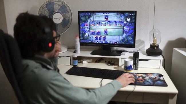Gerrit, salah satu kawan Lana, memilih bermain video game di kamarnya untuk menghabiskan waktu setelah belajar online.(Ina FASSBENDER / AFP)