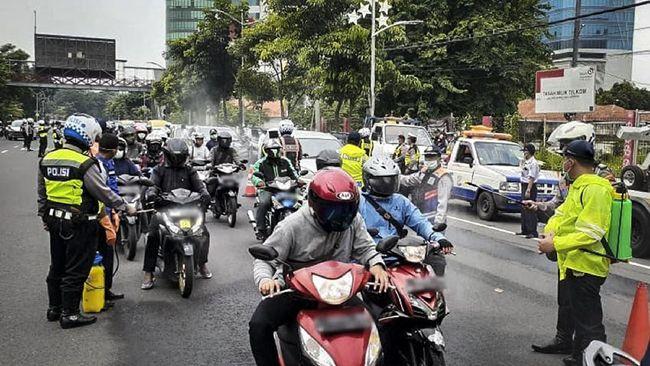 Pemkot Surabaya memperketat 19 akses pintu masuk ke Kota Surabaya. Kendaraan non-pelat L hanya boleh masuk jika pengemudinya punya KTP Surabaya.