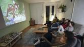 Jika sedang tidak ada kelas, Lana dan teman-temannya menonton film bersama di ruang tengah.(Ina FASSBENDER / AFP)