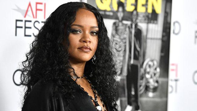 Sejumlah foto rilis ke internet dan menunjukkan wajah Rihanna memar karena kecelakaan skuter listrik.