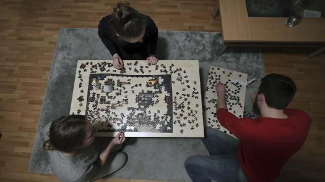 Permainan puzzle juga dilakukan untuk membunuh waktu.(Ina FASSBENDER / AFP)