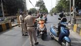 Polisi di India bertindak keras dengan menghukum para penduduk yang melanggar perintah penguncian wilayah (lockdown).