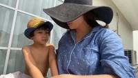 <p>Mama Gigi (Nagita Slavina) dan Rafathar punya rutinitas berjemur juga untuk tangkal corona. Gayanya tetap asyik ya, Bun, mirip orang lagi liburan, <em>he-he-he</em>. (Foto: Instagram@raffinagita1717)</p>