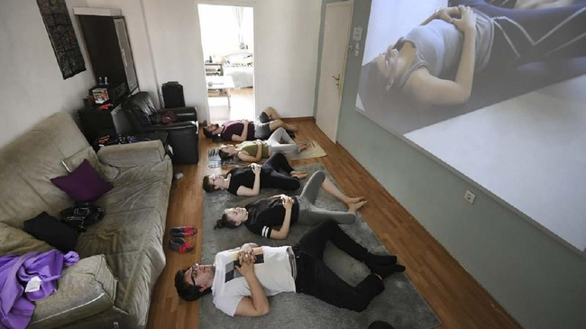 Agar tak stress, kawan serumah ini juga menggelar kegiatan yoga bersama di pagi hari.(Ina FASSBENDER / AFP)