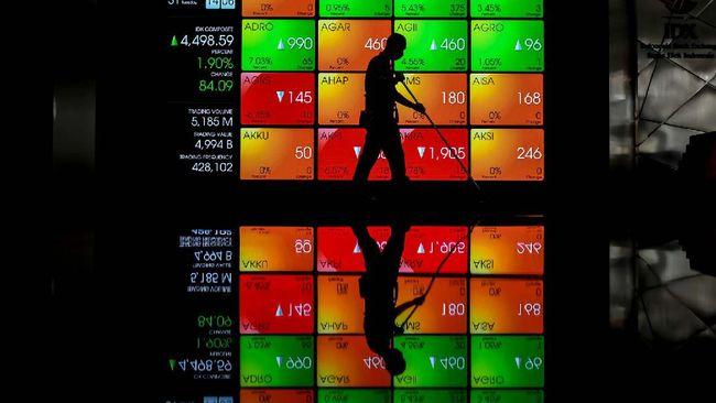 Petugas kebersihan melintas di depan layar yang menampilkan informasi pergerakan harga saham di gedung Bursa Efek Indonesia (BEI), Jakarta, Selasa (31/3/2020). IHSG sukses membukukan rebound dan mengakhiri pergerakannya pada perdagangan hari Selasa (31/3/2020) di level 4.538,93 dengan lonjakan 2,82 persen atau 124,43 poin. ANTARA FOTO/Muhammad Adimaja/nz