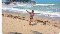 <p>Bunda Bella Shapira sempatkan diri berjemur saat mengunjungi Pantai Parai Tenggiri, Bangka Belitung. Bebas nikmati pantai yang lagi sepi. (Foto: Instagram@bellasaphiraofficial)</p>