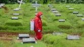 Pemakaman pasien corona yang meninggal tak bisa dilakukan dengan cara yang biasa, melainkan dengan protokol keamanan medis yang lengkap.
