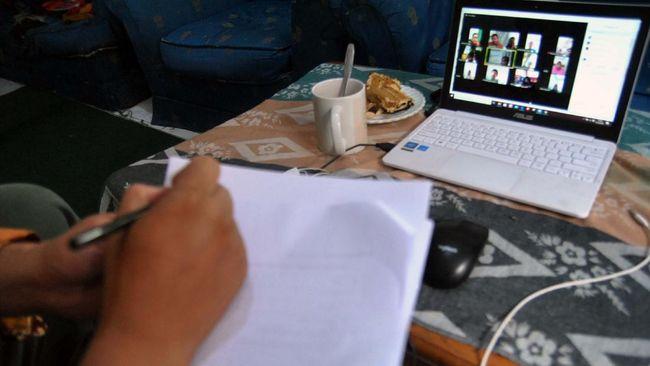 Guru SD melakukan proses belajar mengajar (PBM) dengan siswa melalui aplikasi media daring di rumahnya di Kelurahan Bubulak, Kota Bogor, Jawa Barat, Rabu (1/4/2020). Dinas Pendidikan Jawa Barat menginformasikan pengawas dan pihak sekolah untuk melaksanakan PBM dari rumah fokus pada pendidikan dan kecakapan hidup antara lain mengenai pandemi virus Corona (COVID-19) serta melalui pembelajaran media daring dengan variasi sesuai peserta didik. ANTARA FOTO/Arif Firmansyah/foc.