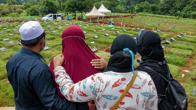 Polisi menangkap tiga pelaku yang diduga menolak pemakaman perawat yang positif virus corona di Kabupaten Semarang. Salah seorang pelaku ketua RT.